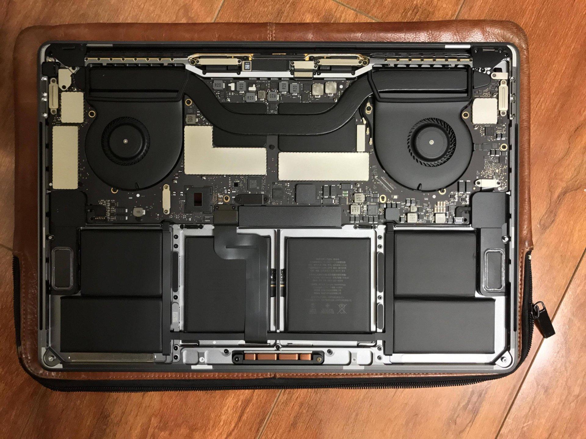 Ten sam laptop, SSD pod osłoną znajduje się na lewej krawędzi płyty głównej.