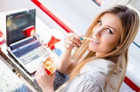 Zdjęcie [url=http://www.shutterstock.com/pl/pic-189314522/stock-photo-beautiful-blond-young-business-woman-sitting-at-table-in-restaurant-or-coffee-shop-with-laptop.html?src=iAiWskGwWRXdgufajNgZ-Q-4-10]kobiety z frytkami[/url] pochodzi z serwisu Shutterstock