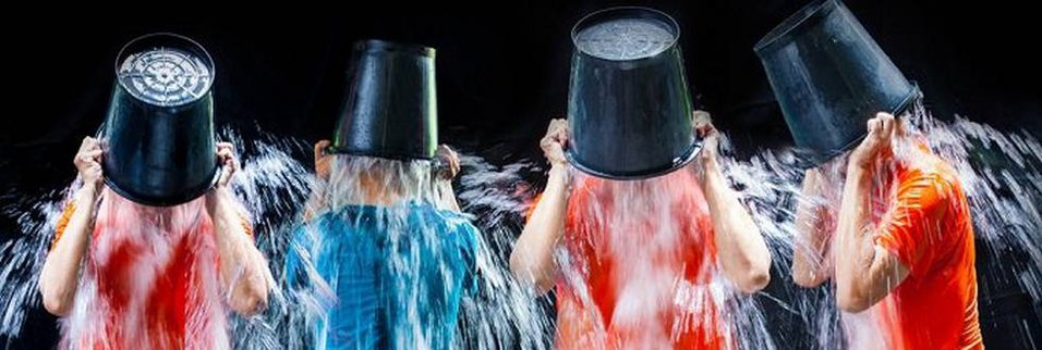 Zdjęcie [url=http://www.shutterstock.com/pl/pic-212062048/stock-photo-man-pour-a-bucket-of-ice-topped-their-head-on-a-black-background.html?src=8KhDzI_QJFj8JGk4zjuxng-1-3]Ice Bucket Challenge[/url] pochodzi z serwisu shutterstock.com