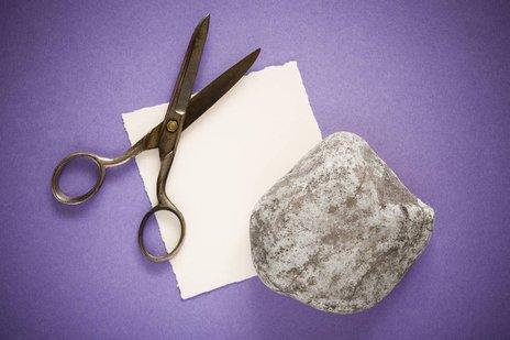 Zdjęcie [url=http://www.shutterstock.com/pl/pic-127481867/stock-photo-rock-paper-and-scissors-over-purple-background.html?src=LAAs4sXrHCJpR6HqXR-0aQ-2-3]kamienia, papieru i nożyc[/url] pochodzi z serwisu Shutterstock.
