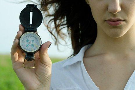 Zdjęcie [url=http://www.shutterstock.com/pl/pic-144627344/stock-photo-concept-find-the-right-direction-girl-holding-a-compass.html?src=ePRg-NvDQq2VJedECXjV-Q-1-80]dziewczyny z kompasem[/url] pochodzi z serwisu Shutterstock