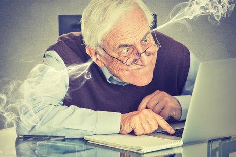 Zdjęcie [url=http://www.shutterstock.com/pl/pic-307307456/stock-photo-stressed-elderly-old-man-using-computer-blowing-steam-from-ears-frustrated-guy-sitting-at-table.html?src=ZX47vHX3UcY8hdaYMKRNAg-1-21]starszego mężczyzny z laptopem[/url] pochodzi z serwisu Shutterctock