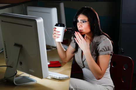 Zdjęcie [url=http://www.shutterstock.com/pl/pic-111071837/stock-photo-woman-at-computer-looks-shocked.html?src=SEqvSBuOP49UajW3cWdUpQ-2-92]Woman at computer looks shocked[/url] pochodzi z serwisu Shutterstock