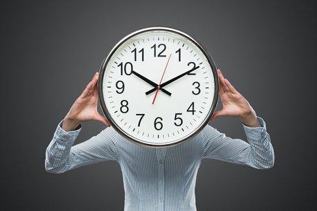 Zdjęcie [url=http://www.shutterstock.com/pl/pic-131932733/stock-photo-time-pressure-close-up-of-young-businesswoman-covering-her-face-with-analog-clock-isolated-on-gray.html?src=4OOJ_gtAjtecM35fVx8jvg-1-4]zegara[/url] pochodzi z serwisu shutterstock.com