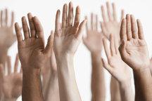 Zdjęcie [url=http://www.shutterstock.com/pl/pic-144918361/stock-photo-closeup-of-multiethnic-men-and-women-raising-hands-against-white-background.html?src=Y2X5GIfn1b99WfbOKSI88g-1-82]głosowania[/url] pochodzi z serwisu shutterstock.com