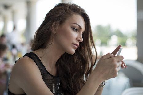 Zdjęcie [url=http://www.shutterstock.com/pl/pic-149243807/stock-photo-woman-sending-a-text-message.html?src=xxPEzkUGUSKp9soUMwi_lQ-2-89]dziewczyny z komórką[/url] pochodzi z serwisu Shutterstock