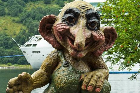Zdjęcie [url=http://www.shutterstock.com/pl/pic-154132127/stock-photo-troll-monument-in-geiranger-norway-trolls-are-evil-personages-of-popular-scandinavian-folklore.html?src=Y33k7LbEN7NKsWKsgXSN4A-1-5&ws=1]trolla[/url] pochodzi z serwisu Shutterstock