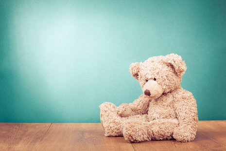 Zdjęcie [url=http://www.shutterstock.com/pl/pic-157892873/stock-photo-teddy-bear-toy-alone-on-wood-in-front-mint-green-background.html?src=D4prE_JSB977LjsJPhQzQw-1-13]misia[/url] pochodzi z serwisu shutterstock.com