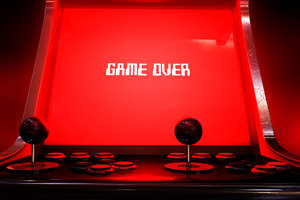 Zdjęcie [url=http://www.shutterstock.com/pl/pic-158678336/stock-photo-a-vintage-arcade-game-machine-with-a-bright-red-illuminated-screen-that-reads-game-over-in-white-on.html?src=O4AFTKtQMVcL1tsIseAfNQ-1-43]automatu[/url] pochodzi z serwisu shutterstock.com