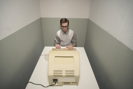 Zdjęcie [url=http://www.shutterstock.com/pl/pic-172891859/stock-photo-vintage-nerd-guy-working-on-old-computer-in-a-small-room.html?src=VjVI4UuH6qzYKtWXYRgPyg-1-99]małego mieszkania[/url] pochodzi z serwisu shutterstock.com