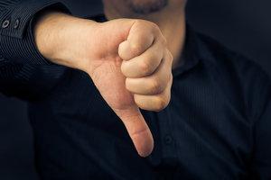 Zdjęcie [url=http://www.shutterstock.com/pl/pic-173047226/stock-photo-closeup-of-man-hand-showing-thumbs-down.html?src=ynAlM6BfYT7hZxrnX2s0dw-1-18]kciuka skierowanego w dół[/url] pochodzi z serwisu Shutterstock