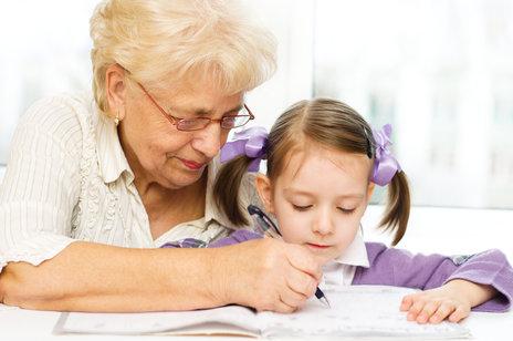 Zdjęcie [url=http://www.shutterstock.com/pl/pic-185797928/stock-photo-grandmother-teaches-to-write-letters-her-granddaughter.html?src=eAIwKgPMgG2_SAMTfygGkA-1-40]babci uczącej wnuczkę pisania[/url] pochodzi z serwisu Shutterstock