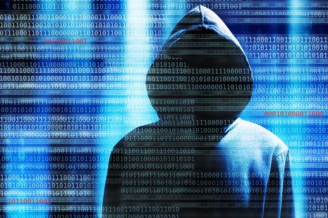 Zdjęcie [url=http://www.shutterstock.com/pl/pic-186333620/stock-photo-a-hacker-with-a-hood-over-a-screen-with-binary-code.html?src=AeK4gn_e-zJVzPG2vPi_Ng-1-9]hakera[/url] pochodzi z serwisu shutterstock.com