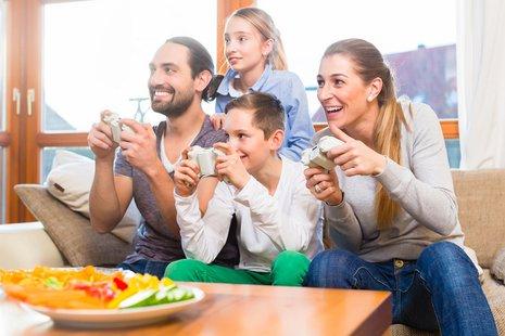 Zdjęcie [url=http://www.shutterstock.com/pl/pic-191451101/stock-photo-family-having-leisure-time-together-and-playing-with-video-game-console.html?src=jfDZnPdCpEqJF6V9b07KxA-1-3]rodziny[/url] pochodzi z serwisu shutterstock.com