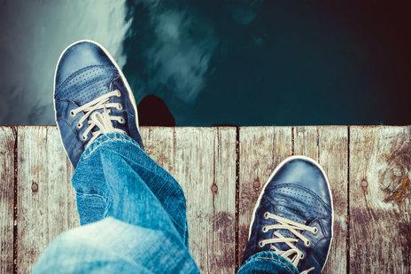 Zdjęcie [url=http://www.shutterstock.com/pl/pic-193661093/stock-photo-man-on-the-pier-takes-a-step-into-the-water-from-above.html?src=LiM9Tju22UnBHtAx3PSTSg-1-1&ws=1]człowieka na krawędzi[/url] pochodzi z serwisu Shutterstock