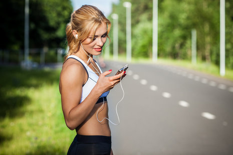 [url=http://www.shutterstock.com/pl/pic-207726622/stock-photo-young-lady-running-on-a-rural-road-during-sunset.html?src=FYLsMJCpAR3RPjZHqb0G9g-1-8]Fitness[/url]
