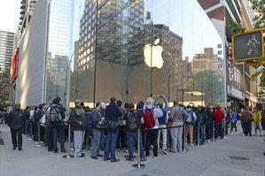Zdjęcie [url=http://www.shutterstock.com/pl/pic-218344465/stock-photo-new-york-september-thousands-of-loyal-customers-wait-on-long-lines-stretching-many.html?src=nq6rfKoQZ3plKS8nKxWRlg-1-34]kolejki po nowego iPhone'a[/url] pochodzi z serwisu Shutterstock. [url=http://www.shutterstock.com/gallery-1665172p1.html?cr=00&pl=edit-00]Autor: robert cicchetti[/url]