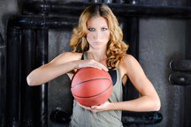 Zdjęcie [url=http://www.shutterstock.com/pl/pic-233985742/stock-photo-streetball-girl-player-with-ball-at-industrial-background.html?src=KViPEzWOd390Xk_I3u32PA-2-1]dziewczyny[/url] pochodzi z serwisu shutterstock.com