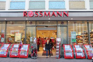 Zdjęcie [url=http://www.shutterstock.com/pl/pic-234485098/stock-photo-lubeck-germany-august-people-visit-rossmann-cosmetics-store-in-lubeck-germany-as-of.html?src=sWT95dA9Xo0sT0wLEWIwrw-1-2&ws=1]sklepu Rossmanna[/url] pochodzi z serwisu Shutterstock, autor: [url=http://www.shutterstock.com/gallery-56934p1.html?cr=00&pl=edit-00]Tupungato[/url]