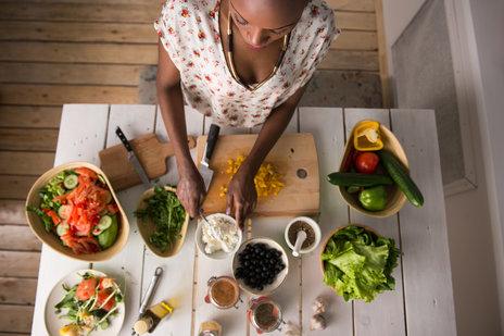 [url=http://www.shutterstock.com/pl/pic-250744141/stock-photo-young-african-woman-cooking-healthy-food-vegetable-salad-diet-dieting-concept-healthy.html]Kobieta przyrządzająca zdrowy posiłek[/url]