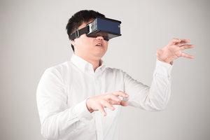Zdjęcie [url=http://www.shutterstock.com/pl/pic-331935674/stock-photo-man-wearing-virtual-reality-goggles-watching-movies-or-playing-video-games-he-is-isolated-on-a.html?src=F5JQ207IydWOh00djfOhmg-2-91]mężczyzny[/url] pochodzi z serwisu shutterstock.com
