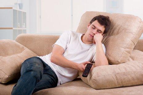 Zdjęcie [url=http://www.shutterstock.com/pl/pic-70322287/stock-photo-young-man-asleep-in-front-of-tv-set-on-sofa-at-home.html?src=FxtSB-UE_qed5Y-sraXV9w-1-1]śpiącego[/url] pochodzi z serwisu shutterstock.com