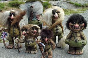 Zdjęcie [url=http://www.shutterstock.com/pl/pic-924884/stock-photo-souvenir-trolls.html?src=bChusIIXwzawscRCovyfZg-1-2]trolli[/url] pochodzi z serwisu Shutterstock