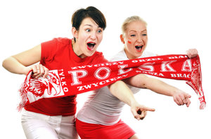 Zdjęcie [url=http://www.shutterstock.com/pl/pic-98227721/stock-photo-two-women-polish-soccer-fans-dressed-in-polish-national-color-and-scarfs.html?src=8uB6mjw31y838nsyi+UhQA-2-88]polskich kibicek[/url] pochodzi z serwisu Shutterstock