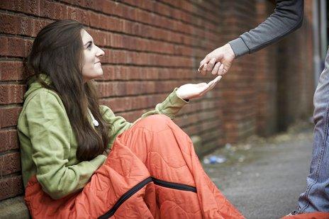 Zdjęcie [url=http://www.shutterstock.com/pl/pic-216280582/stock-photo-teenage-girl-sleeping-on-the-street-being-given-money.html?src=wxzyoaoJ9UDnPqsUeFnDwA-2-85]żebraczki[/url] pochodzi z serwisu Shutterstock